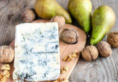 Blue cheese with pears and walnuts